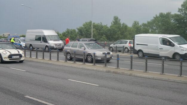 """Trasa S8: zderzenie na moście. """"Samochód uderzył w barierki"""""""