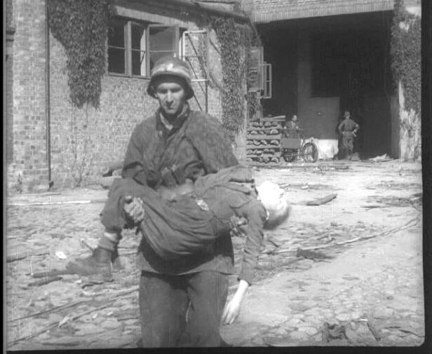 Dzielny chłopiec miał zaledwie 11 lat Kadr Powstańczej Kroniki Filmowej / 1944.pl