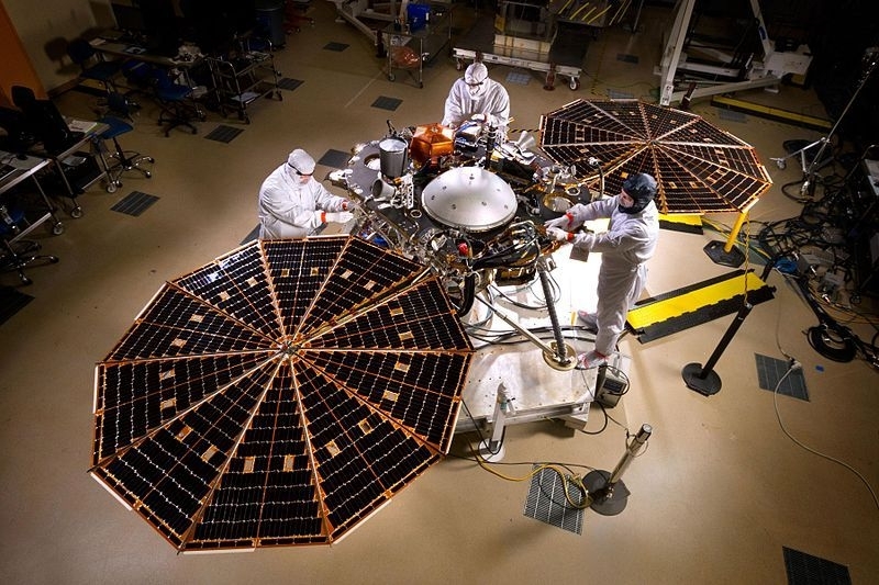 Lądownik InSight podczas testów ( NASA/JPL-Caltech/Lockheed Martin)