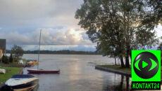 Słońce, chmury i deszcz nad wodą